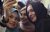 نجمة هوليوود لوهان ترتدي الحجاب في بريطانيا (فيديو)