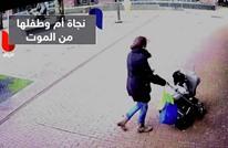 بالفيديو.. القدر ينقذ سيدة وطفلها من موت محقق