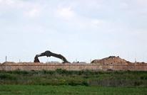 الاحتلال يبني سياجا جديدا فوق الأرض حول قطاع غزة (شاهد)