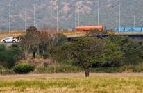 الجيش الفنزويلي يقطع جسرا مع كولومبيا لمنع قافلة أمريكية