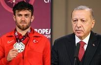 أردوغان يُهنئ مصارعا تركيا توج ببطولة أوروبا