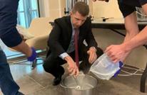"""نائب السفير الأمريكي في الأردن يتعلم صناعة """"السحلب"""" (فيديو)"""