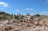عناصر من قوات النظام يعتدون مجددا على قبور في إدلب (شاهد)