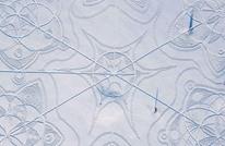 شاهد رسمة عملاقة محفورة في الثلج بآثار الأقدام بفنلندا (صور)