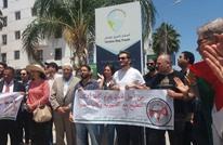 هتافات رافضة للتطبيع خلال فعالية أمام سفارة فرنسا بتونس (شاهد)