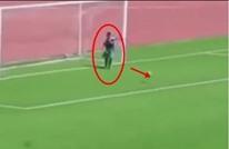 طفل من جامعي الكرات يشتت كرة قبل دخولها شباك فريقه (شاهد)
