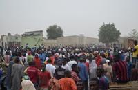 غاضبون يضرمون النار في سائق سيارة قتل 8 أطفال بنيجيريا