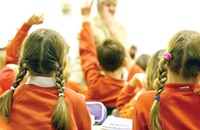 إيقاف معلم بريطاني ألصق أفواه تلاميذ بشريط