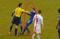 مشهد غريب..حينما يغضب الحكم ويعاقب اللاعبين بالضرب (فيديو)