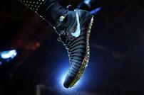 نايكي تعرض أول حذاء رياضي في العالم ذاتي الربط