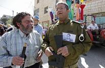 مستوطنون يكرّمون جنديا أجهز على جريح فلسطيني