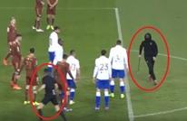 مشجع كرواتي يقتحم الملعب ويطارد الحكم بآلة حادة (فيديو)