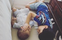 طفل بريطاني يكرّس وقته لإسناد شقيق ينتظر الموت (صور)