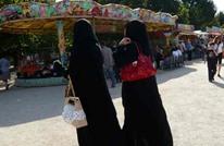 الغارديان: قرار الحجاب يستهدف المسلمات ويستثني غيرهن