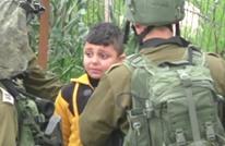 نساء فلسطينيات ينتزعن طفلا من الاحتلال قبل اعتقاله (فيديو)
