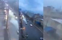 صاعقة تضرب سيارة في المغرب.. كيف تصرف المارة؟ (فيديو)