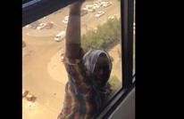 التحقيق مع الكويتية التي تركت خادمتها تسقط (شاهد)