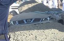 شاحنة محملة بالحجارة تنقلب على سيارة إماراتي وتدفنه حيا (صور)