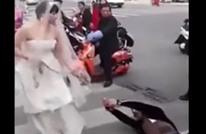تسحبه للزواج مكبلا بالسلاسل وهي ببدلة الزفاف (شاهد)