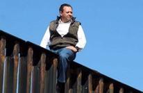 عضو بكونجرس المكسيك يتسلق جدار الحدود الأمريكي (فيديو)