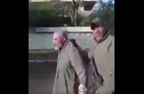 جنود عراقيون يعذبون رجلا مسنا بدعوى أنه مصري (شاهد)