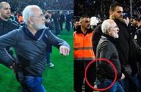 رئيس فريق يوناني يحتج على حكم المباراة بالمسدس (شاهد)