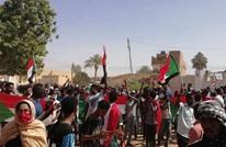 البشير يجتمع بقيادات الجيش وآلاف المتظاهرين أمام مقر إقامته