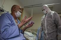 لقطة مؤثرة لطبيب إيراني يعالج مرضى كورونا مع ابنته (صور)