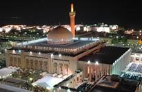 لقطة مؤثرة لمؤذن بالكويت بعد قرار غلق المساجد (فيديو)