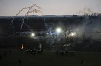 اليونان تهاجم أطفالا مهاجرين بقنابل الغاز.. وتركيا ترد (شاهد)