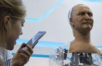 """في معرض تكنولوجي بهونغ كونغ.. """"روبوت"""" يحاور الزوار"""