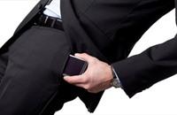 دراسة طبية: حمل الهاتف في الجيب يهدد خصوبة الرجل