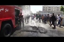 أصحاب البيوت المدمرة بغزة يشعلون إطارات السيارات أمام مقر أُممي