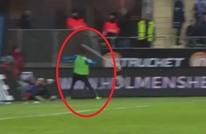 """لاعب يفقد أعصابه ويضرب الجمهور بـ""""عصا الركنية"""" (فيديو)"""