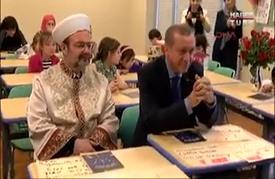 أردوغان يبكي أثناء قصيدة لطالبة تركية في أمريكا (فيديو)