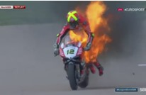 هكذا نجا متسابق من الموت بعد اشتعال النيران بدراجته (فيديو)
