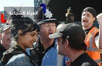 هكذا تصرفت فتاة شجاعة تجاه محتجين متطرفين شتموا محجبة