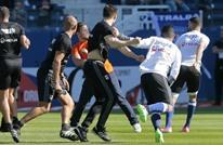 جماهير باستيا تقتحم الملعب وتهاجم لاعبي ليون (فيديو)