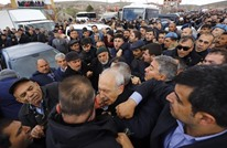 زعيم المعارضة التركية يتعرض للضرب خلال تشييع جندي (شاهد)