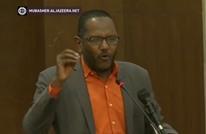 احتجاز رئيس حزب سوداني عدة ساعات.. هاجم الإمارات (شاهد)