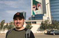 صحفي إسرائيلي يظهر بالزي السعودي وسط الرياض (شاهد)