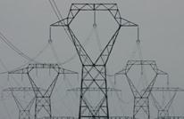 على علو 15 مترا.. فيديو مخيف لصبي يتشبث بسلك كهرباء
