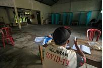 عقاب غريب للإندونيسيين الذين يخرقون حظر التجول
