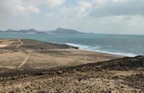 الإمارات تشيّد مدرجا بقاعدة عسكرية في جزيرة يمنية (شاهد)