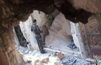 صور لضباط الأسد ينهبون ما بقي في بيوت حمص