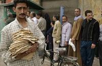 فقراء مصر يدفعون ثمن فشل الحكومة بإنقاذ الاقتصاد