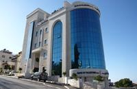 """عائلات أيتام غزة تغلق فروع """"مصرف فلسطيني"""""""