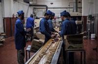 """مصانع الحلوى في غزة تواجه """"مرارة"""" المستورد والحصار"""
