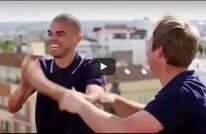 """لاعب ريال مدريد يغني """"حبيبي يا نور العين"""" لعمرو دياب (فيديو)"""