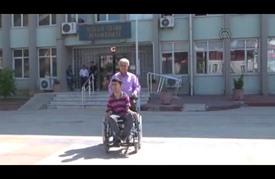 مصاب بالشلل الدماغي في تركيا يكتب بأنفه قصة مواجهته للحياة